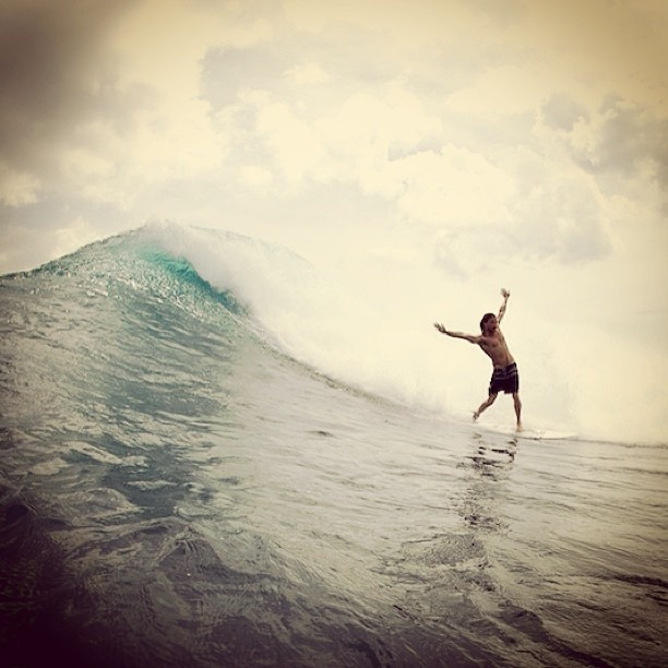 Momento de #surfing. Re post de @dylangraves fotografiado x @duncanm @surfingmagazine