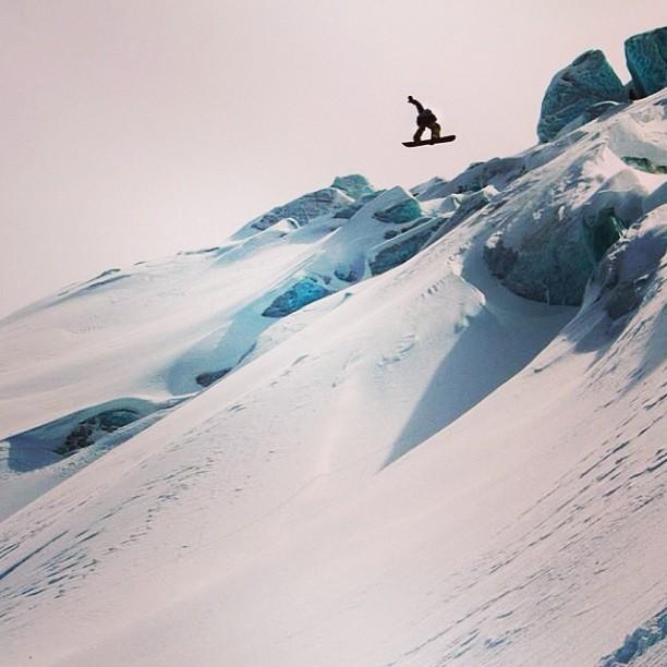 Disfrutando la primavera sobre el glaciar. Polvito hasta el final. Enjoying springtime riding powder. Saas Fee Switzerland. Pic by @grego_campi @slashsnow @nikesnowboarding #nevernot #handmadelimited #eventosencomunidad #switzerland #saasfee #glacier