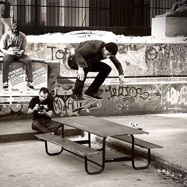 Todo el estilo de Santi Rossi @santiagorossi : Backside kickflip #Skate #TrueToThis #Volcom #intoxicacionespiritual