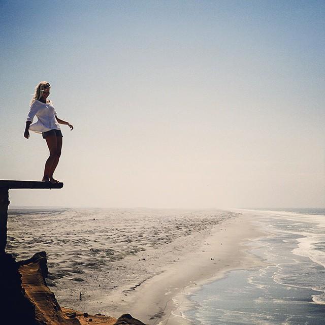 Logging La Tierra /// Mañana Adventures @billabongwomens #wandermuch #puntabalcones #livingonthedge #peru #lobitos #westcoasting #logging #surfingperu #littlenibblessweater #leahboardshorts #lifesbetterinboardshorts ||| foto credits para @nojotochop