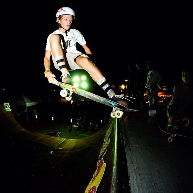 Check out @benazelart from Hawaii stylin out this Lien To Tail on the mini ramp. Bens been testing out our new Classic SK8 helmet that will be available in 2015. Photo: @julienazelart #miniramp #skate #session #sk8helmet #predator #lientotail #hawaii