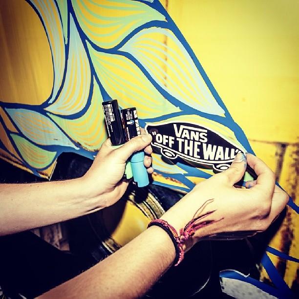 @flordepampi dándole el toque final a su obra! En el lanzamiento de las #SurfSiders Foto @mechifahs
