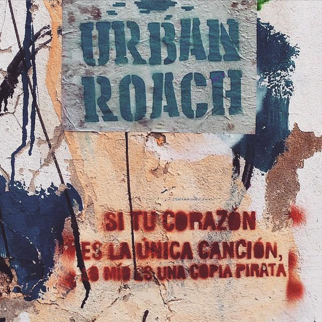 Si tu corazon es la unica cancion, lo mio es una copia pirata ❤️ #urbanroach #streetart #stencil