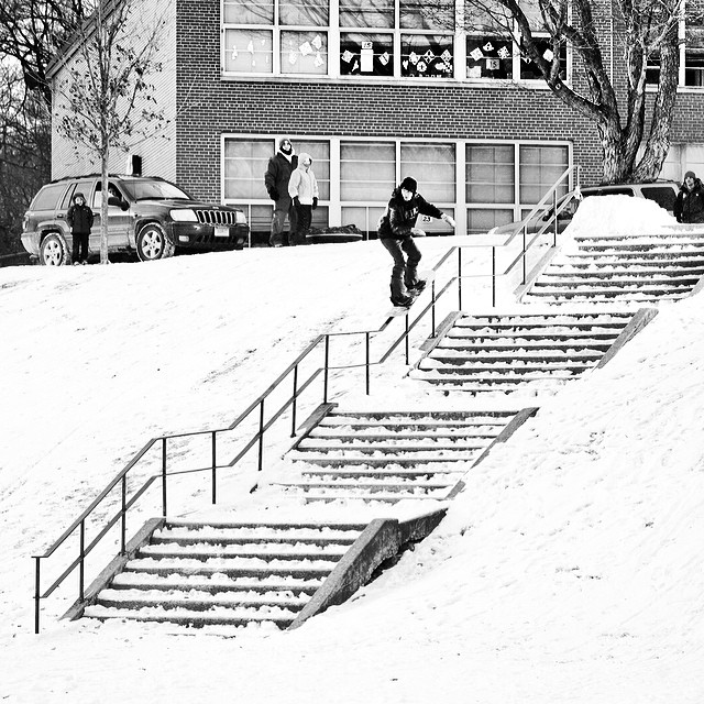 Happy Friday! @erikhoffmanphoto brings us a beast #5050 shot of #rorybruder from #issue33 #steezmagazine #danburyct #snowboarding #saucerkids #kinkedrail