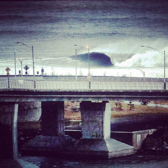 A throaty right gone unridden on the East Coast. It's hard to produce dreams with waves this good.  #uluLAGOON #surfwaxcandles #homebreak #dreamsdocometrue #eastcoast #barrels #empty