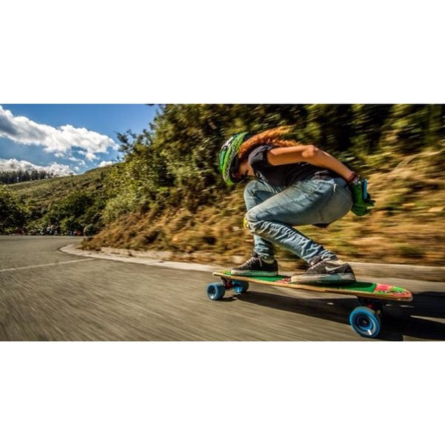 Speed shot by Spanish rider @cristinaverdu. @goatlongboards shot  #longboardgirlscrew #girlswhoshred #cristinaverdu #goatlongboards