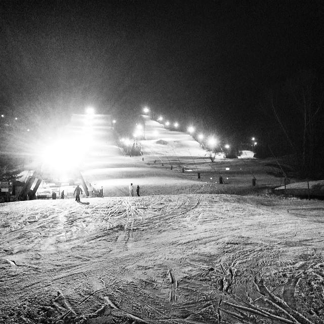 It's just like the old days. Ridin upstate New York at night. @holidayvalley #upstateny #holidayvalley #nightriding #snowboarding #newyork #nightshredsesh