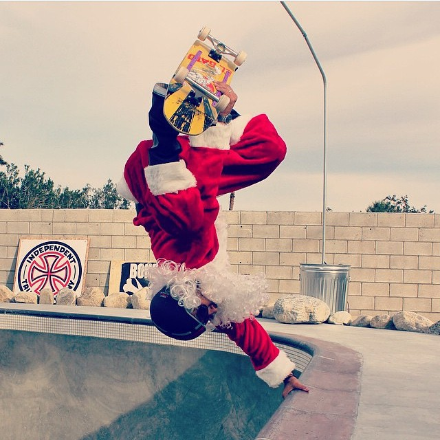 Regram @eddieelguera . Santa finds time for a session after a toy give away! Go Santa ! #santaclaus #santaskateboarding #eddieelgeura  #happyholidays #invert #s1helmets #skateboarding #santaisaskateboarder