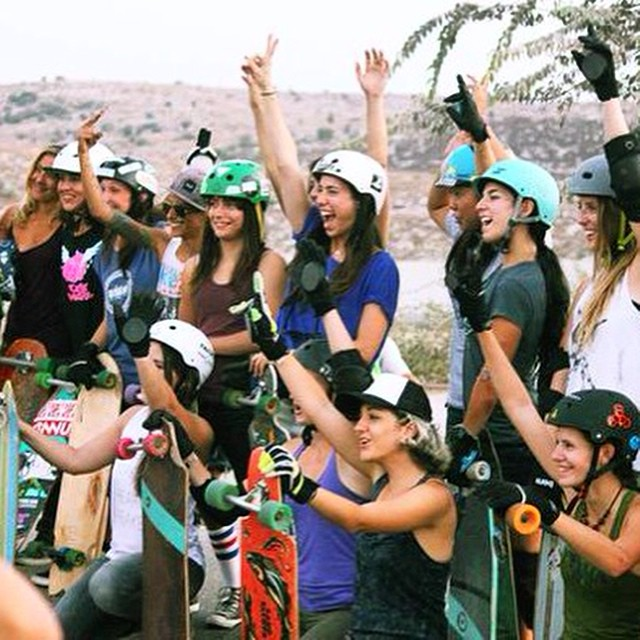 Happy holiday season, family!  Felices fiestas, familia!  Glücklich feiertage, familie! Boas festas, família! 幸せな休日、家族!  @dasilvaboards photo #longboardgirlscrew #girlswhoshred