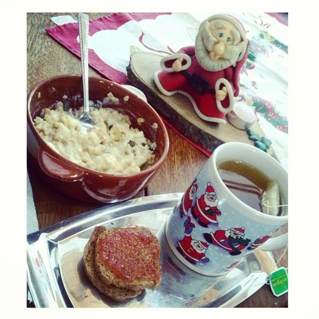Recargando energías con Papá Noel. Qué díaa se nos viene!. #Christmas #breakfast #greentea #oats #felizmentefeliZ