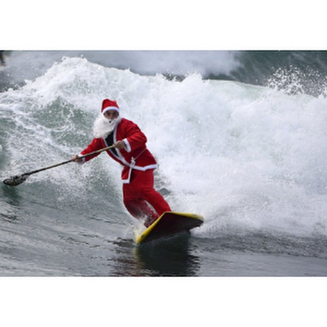 Santa got one last Surf sesh in before delivers all the Hoven goodies. #hovenvision #happyholidays #supsurf #surf #beach