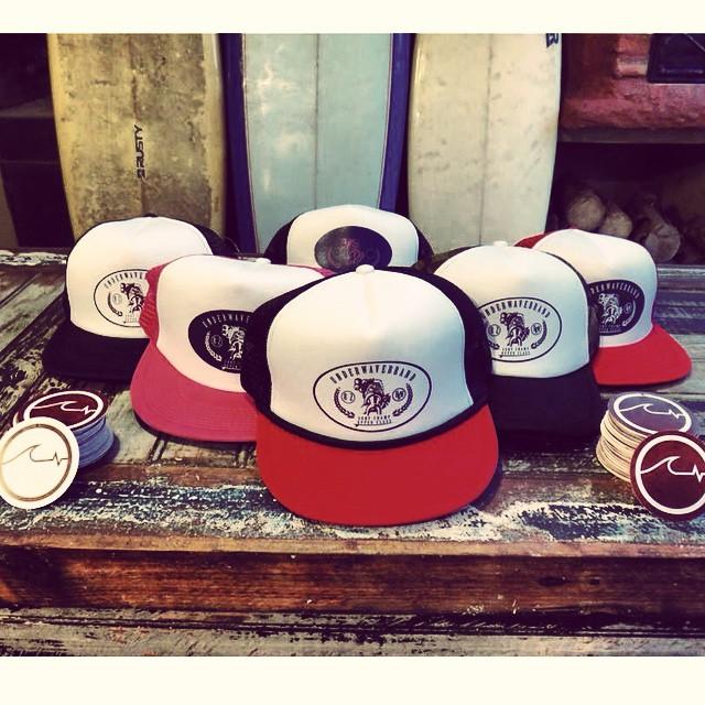 Llegó la Navidad y en @underwavebrand ya tenemos el regalo, salieron las nuevas gorras para que te lleves al verano!! Encargalas en Facebook, ventas@underwavebrand y www.underwavebrand.com