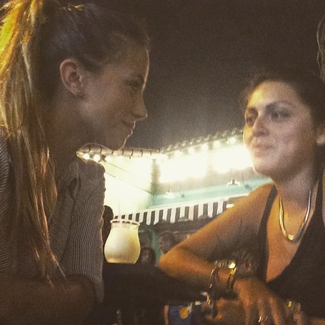 """Con mi amiga esa de las que se cuentan con la mano tomando un """"intento"""" de Margarita #lapeor ándale manita!"""