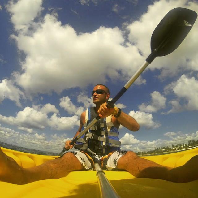El kayak lo podes usar una hora por dia con previa reserva sin ningun costo adicional.
