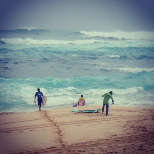 Sunset beach #northshore #flashbackfriday Good heat boys! Some bombs no doubt!! #doughnuts @everpaddle #supcommitted @imaginesurf @standupworldtour #itakebioastin #konaboys #rareformoutdoors #kaenon #rawelementsusa