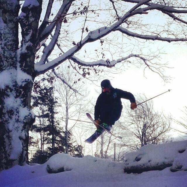 Late day cemetary skiing! #ilovermont #vermontucky #justsendit #802 #mountsnow #mountainlife @zayjmad191 @hollymkey #skiing #mutegrab #oldschool #sendit