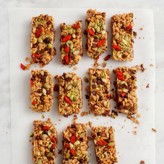 TASTY TUESDAYS// Peanut Butter Goji Chia Bars  Little in size but big in benefits! These bars take only minutes to prepare and are oh-so-perfect on the go. Snacking the right way in this new year is so much easier when we have treats like these! ...