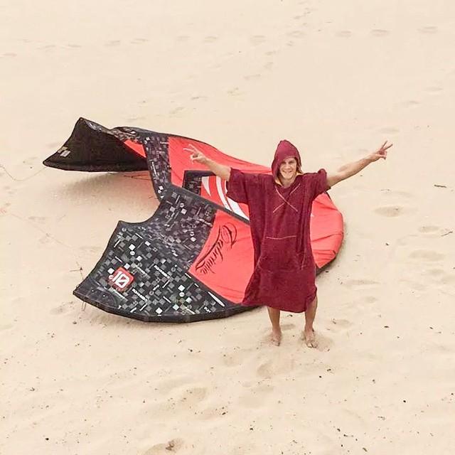 @manuibanez16 armando su kite de la mando de su mandarina! #kite #kitesurf #summer #sports #elmandarinasurf