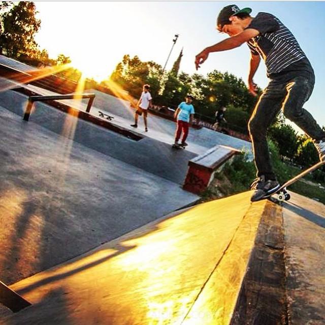 Cae la tarde en Berisso @santirezza x @Marquenn #skate #Volcom #TrueToThis