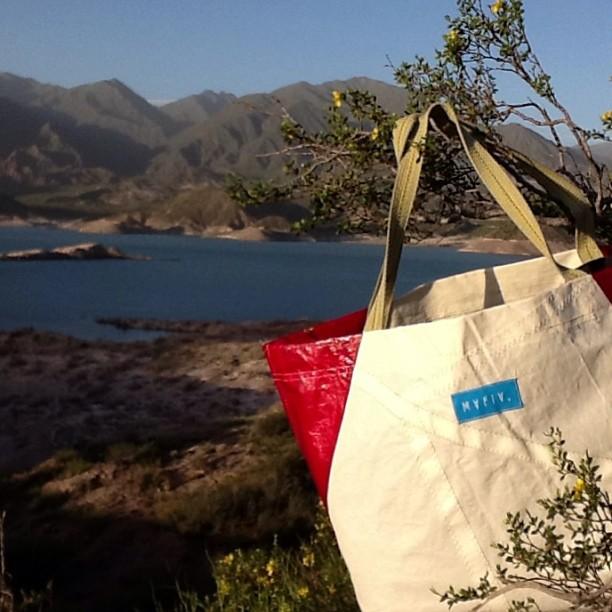 LOS LUNES TAMBIÉN HAY  #MONTAÑA . #goexplore CON LA NUEVA #SANDBAG #mafia . #sail #recycle