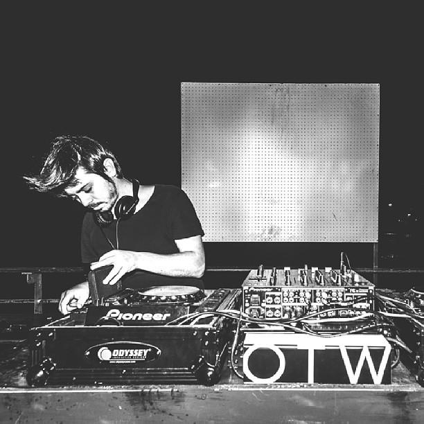 Cuanto estilo el musicalizador de la fiesta en Boris x el lanzamiento de las OTW foto @mechifahs