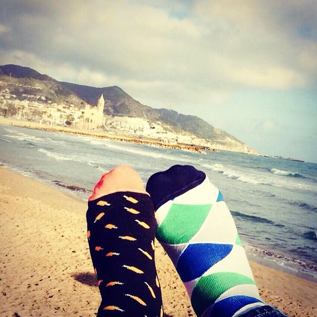 Lorca + Sevilla en Sitges. Qué lindo!!! Buen miércoles para todos. #socks #style #playa #beach #Sitges #YoUsoSuarez #MediasConOnda