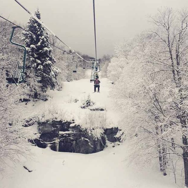 Things are looking pretty good on the #eastcoast. #ambassador @thirtypercentmischief (Sarah McGarrell) rides the #singlechair at Mad River Glen with a white view. #skiitifyoucan #sisterhoodofshred #prayforsnow #skiing