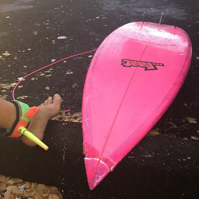 Broken leash, broken nose...I guess I'm blessed that it wasn't the nose on my face... Who on Big Island can I hire to fix this?  Thanks @tumbleweedtravels for rescuing it before it became 10 surfboards.  #sooooBummed #new #favoriteboard