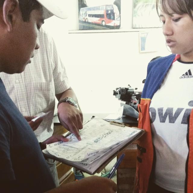 Asi se venden los pasajes en cochabamba. La hoja es un planito del micro. Las flechitas, tachones y astericos son los cambios de lugares, pasajeros y vendedores.