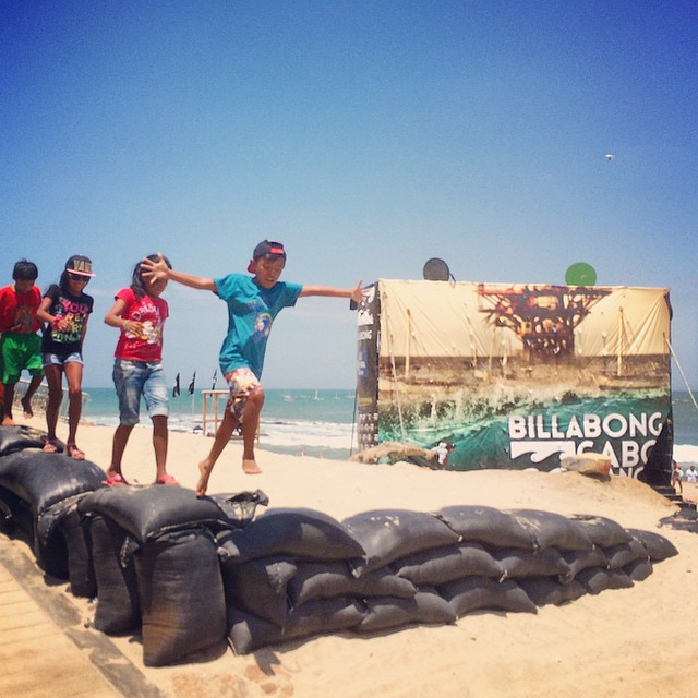 When grassroots meets the industry... Going beyond the surfing with our Lobitos crew of local groms at this year's #billabongcaboblanco pro event! /// MUCHAS GRACIAS @billabongwomens and @billabongperu for sponsoring our trip and...
