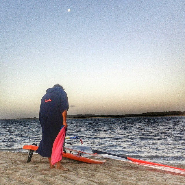 Gran session de windsurf en Laguna Garzon!!!! Con luna ● incluida, ahi estuvo @elmandarinasurf  #windsurf #latesession #surf #lagoon #moon #summer #beach #sunset #freestyle #sports #water