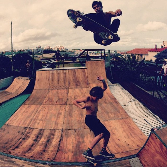 Repost @blackflavio1 Bauti & Sandro en plena intoxicación espiritual @sandromoral #Bautigaggero #TrueToThis #Volcom #Skate