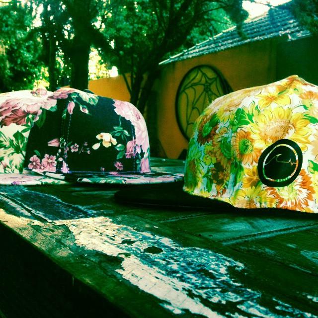 Quedan solo 15 gorras de flores! Con el nuevo modelo amarillo, te vas a quedar sin? Encargalas en www.underwavebrand.com, ventas@underwavebrand.com, direct o facebook!