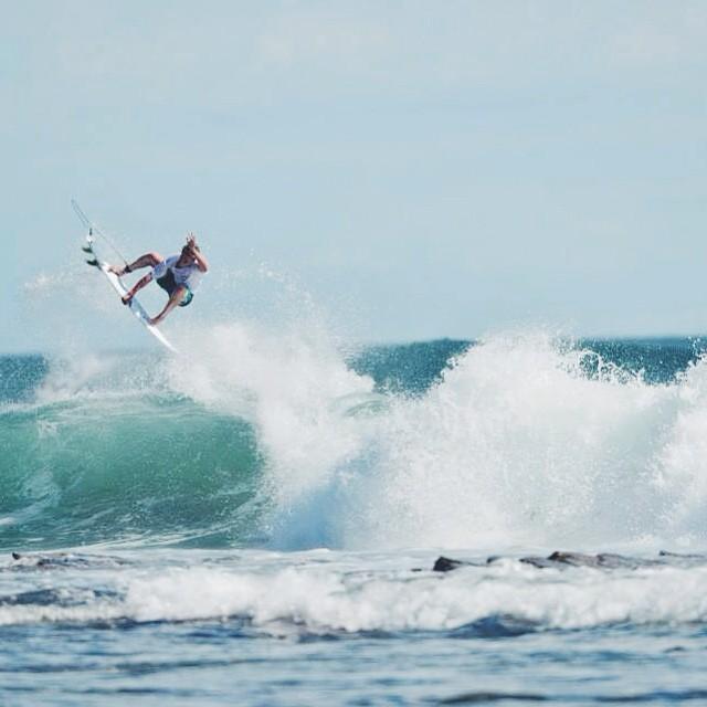 Esta foto es en Nicaragua, pero Julián Iturralde también llegó a Hawaii para perfeccionar su surfing