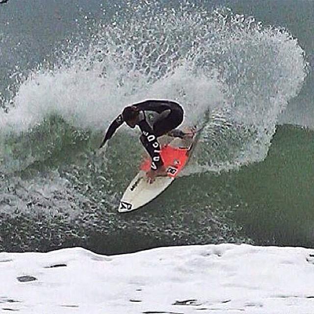 Encaramos el día con el empuje de @felisuarez1 como inspiración #Surf #FeliDuarez #Bombinhas #4ilhas #Volcom
