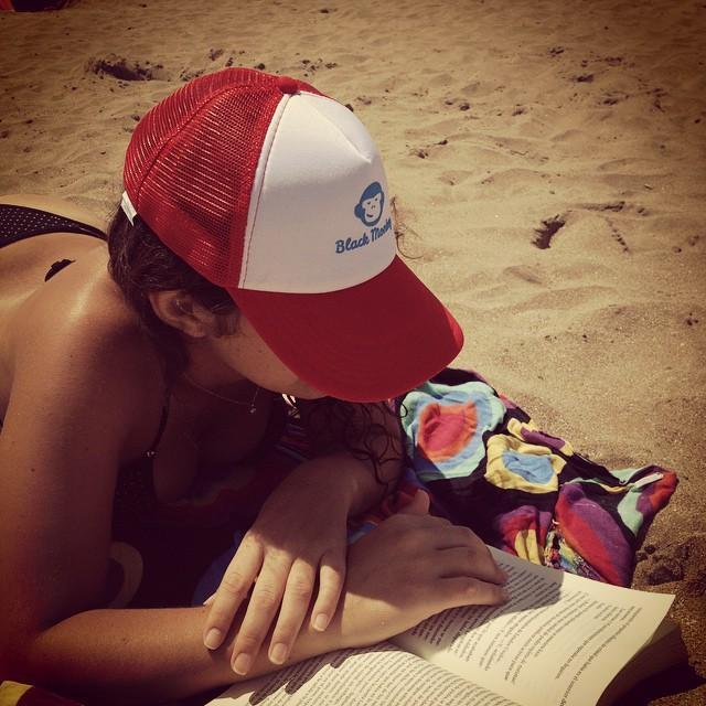 No hay como un día de playa junto a un buen libro y un cap con toda la onda!! #blackmonkey #blackmonkeystore #alpargatas #calzado #summertime #playa #cap #relax #pte #carilo #gesell #pinamar #montañita #cdelu