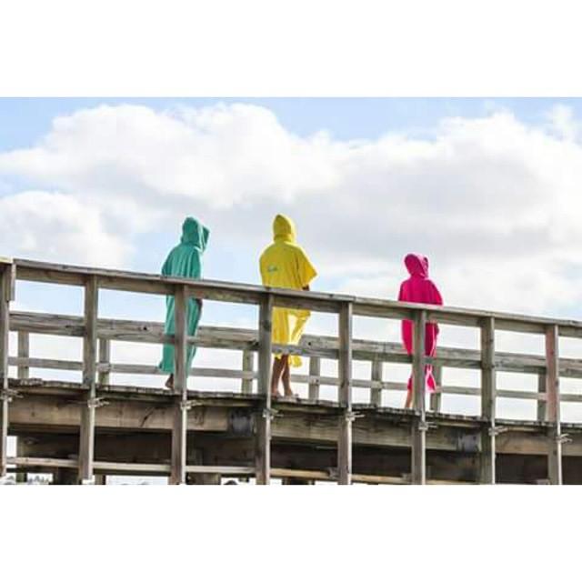 Colour your Life 》  #surf #elmandarinasurf #colour #beach #summer #wood #sky #freestyle #cool #holidays #life #extreme #walk