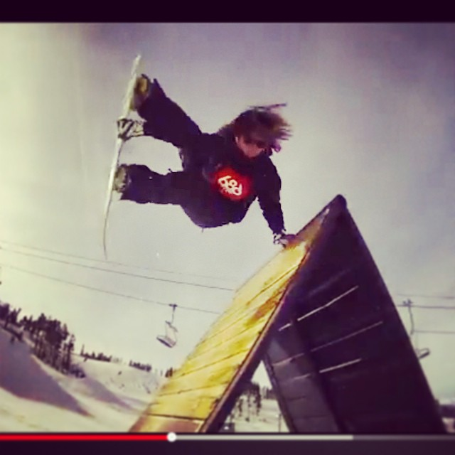 Watch #Japanese #FluxBindings rider Yuya Akada to help get you through the #humpday. #colorado #flux #snowboard #snowboarding #screengrab ❄️