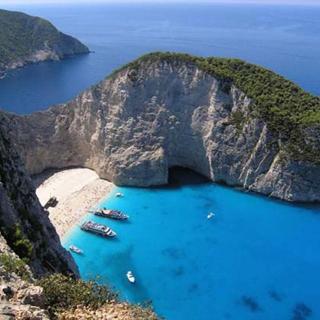 #ReefPlayas: Playa paraíso, Mykonos, Grecia.- Las ventajas de Mykonos como paraíso de vacaciones son evidentes: más de 3000 horas del sol cada año, agua cristalina, playas doradas y su típica arquitectura de casitas pintadas de blanco y azul. En la...
