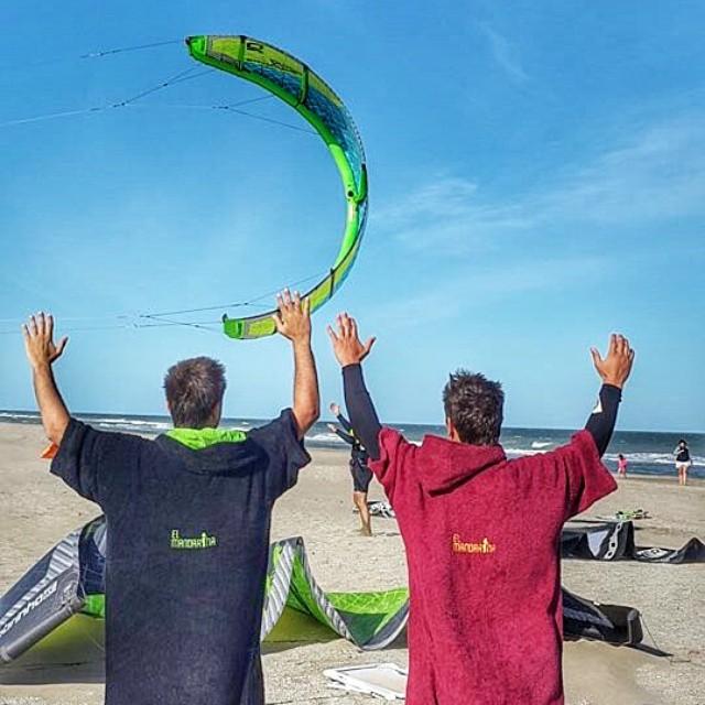 @manuibanez16 y @sbarrague preparando todo para hacer volar sus kites!  #kite #kitesurf #elmandarinasurf #beach #summer #holidays #sky #freestyle #free #sand #ocean #water #cool #sports #extreme #friends #fly