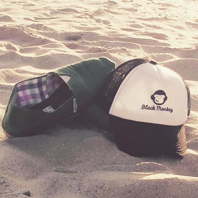 Empezando a palpitar el finde largo que se viene. No te olvides de llevar lo esencial para disfrutarlo a full!!! @blackmonkeystore #alpargatas #friday #summertime #calzado #blackmonkey #carnaval #partytime #instafollow #playa #cap #onda #trucker