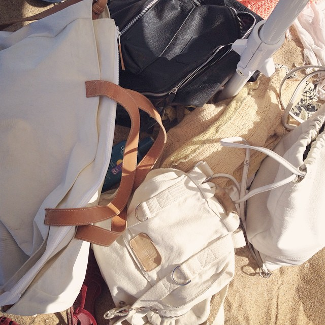 En la playa, invasión de MAMBO #mambobackpacks #mambomochilas