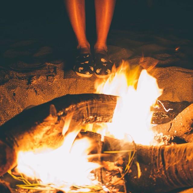Algunos fuegos, fuegos bobos no alumbran ni queman; pero otros.. arden la vida con tantas ganas que no se puede mirarlos sin parpadear, y quien se acerca se enciende. Eduardo Galeano.- #ActitudQA #Galeano #QuienSabedeActitud www.QA.com.ar PH: @zuccvic