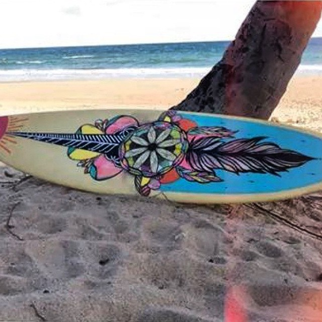 La vida siempre es mejor con ella. Tabla x #featuredartist @viktornash #surfboardart #Art #Volcomsurf #TrueToThis