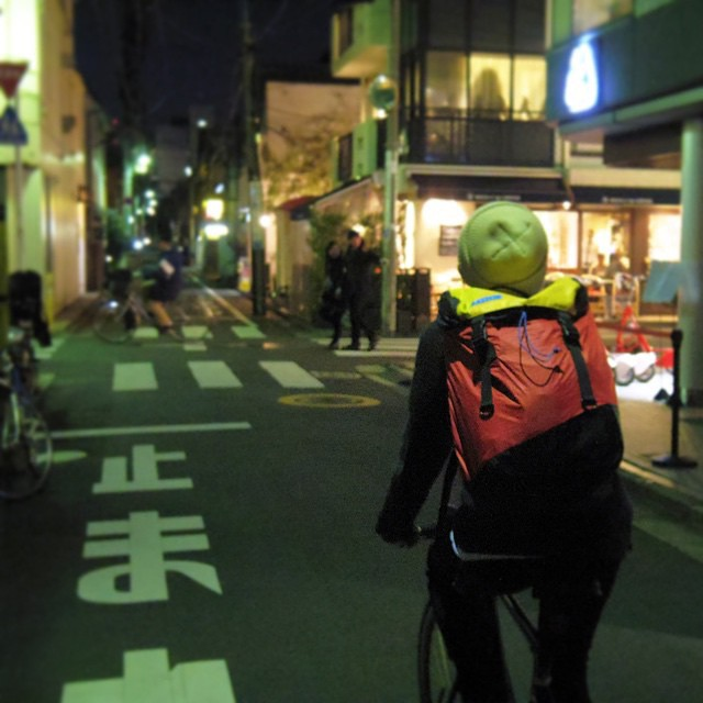 Cutting the wind in #Japan // find #mafiabags at @dumilojapan .  #discoverpack #transform #fixie #recycle #kitesurfing