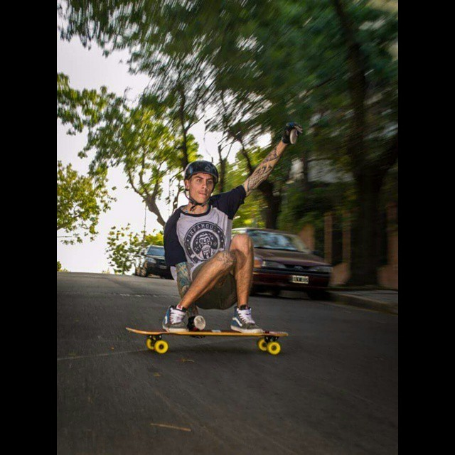 regram @nahuel.fergero Ph:@ot1993 y su magia/ una para @infamous_behavior #routine  #longboard #pasion #estilodevida #freeride #wheels #yellow #calibertrucks #stalefish #lapared #deheza #helmet #shirt #infamousbehavior  #infamous_behavior #shoes #vans...