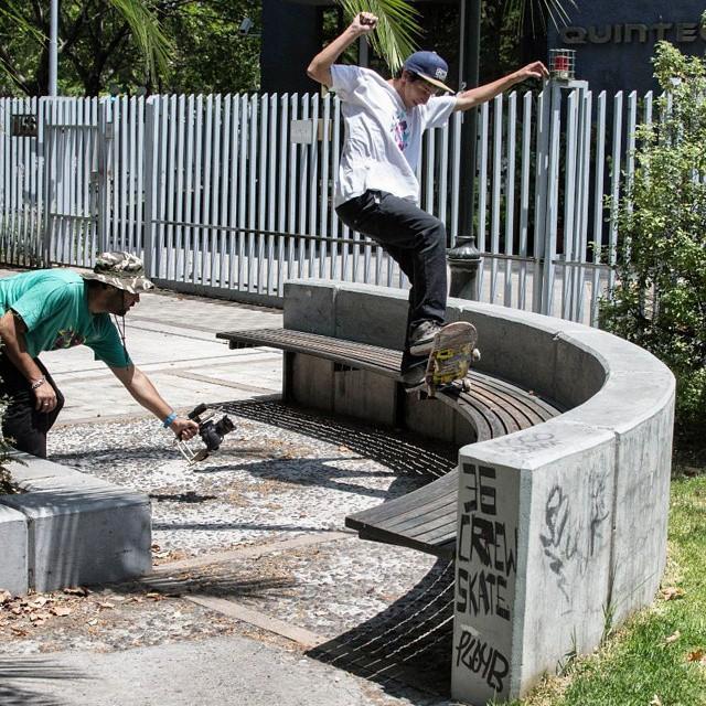 """Una foto que nos mando Luchito Romano durante su tour por chile filmando junto a Agustin Estevanacio para el vídeo futuro vídeo """"Esto es la calle""""  #skateboarding #skate  #skateboard  #produciendo #fs #fiveo #ufit  #ufitargentina"""