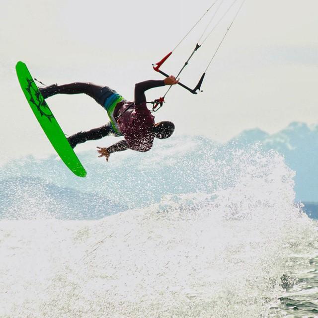 Arrancamos la semana a puro deporte! Acá lo tenemos a Goran Magíster, nuestro ultimo integrante de la familia u-fit ! #kite #kitesurf  #ufit  #ufitargentina  #deporte #extremo #goran #volando