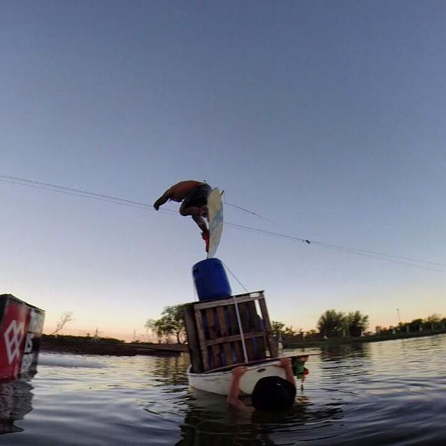 Lucas Gonzalez nos manda este foton en el atardecer de San Nicolás!  #wakeboard  #wakepark  #sannicolas #ufit #ufitargentina #wake #winch