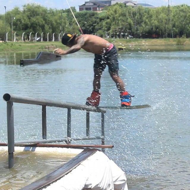 Desde el nuevo wakepark de San Nicolás, Iña De Echaverria nos manda esta linda foto estrenando la baranda! #wake #wakeboard  #wakepark #winch  #ufit  #ufitargentina